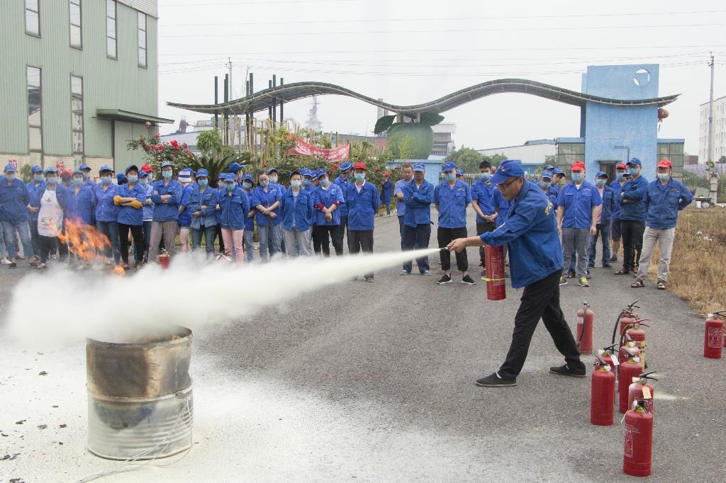卫生纸厂家员工练习使用干粉灭火器.jpg
